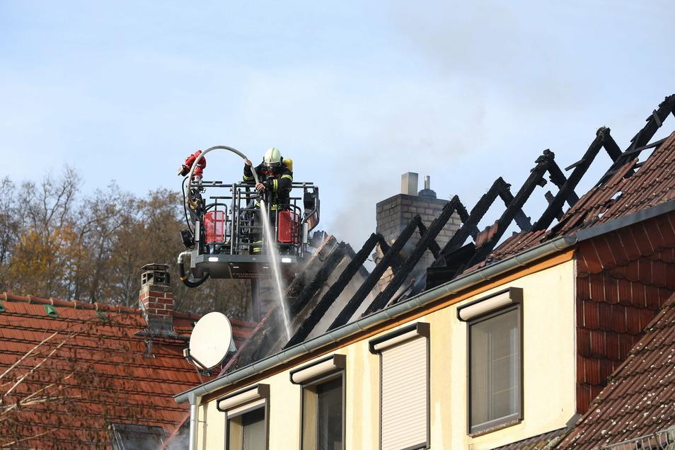 Von der Drehleiter aus kämpften die Feuerwehrleute gegen die Flammen, die aus dem Dach schlugen.