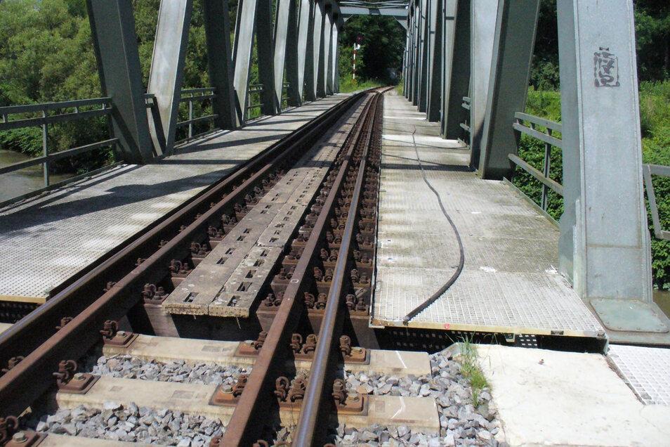 Lose liegt das Signalkabel nach einem Diebstahlsversuch neben der Brücke.