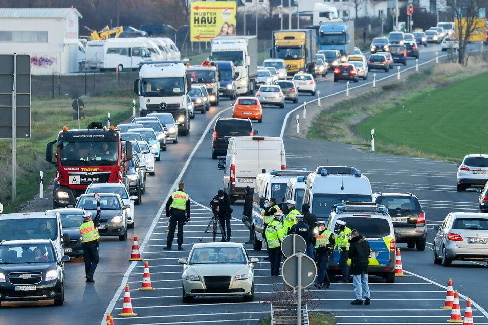 Wird die sächsische Polizei bald auch einzelne Gemeinden abriegeln und Ein- sowie Ausreisende kontrollieren? Dieser Vorschlag wird derzeit in Sachsen beraten.