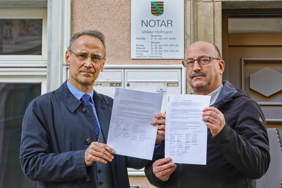 Zkm-Fraktionschef Thomas Schwitzky und CFG-Fraktionschef Thomas Zabel mit den eidesstattlichen Erklärungen vor dem Notarbüro in Zittau.