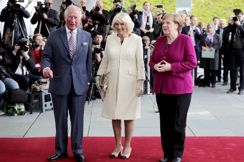Prinz Charles und seine Frau Herzogin Camilla (M) werden am Dienstag von Bundeskanzlerin Angela Merkel (CDU) im Bundeskanzleramt empfangen.
