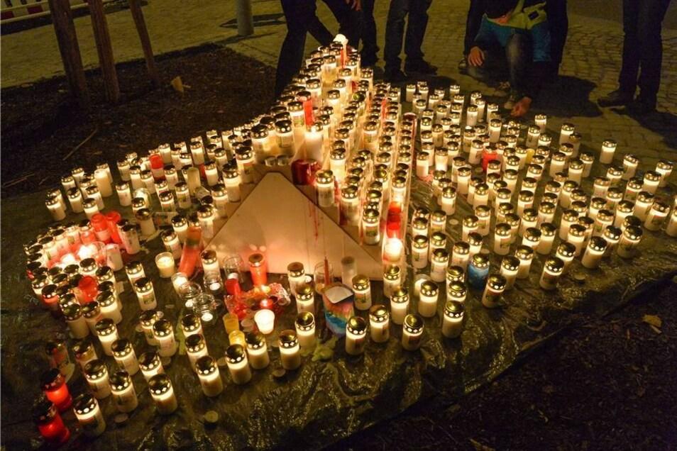 An der Liebfrauenkirche entzündeten im Verlauf des Abends Hunderte Menschen Kerzen.