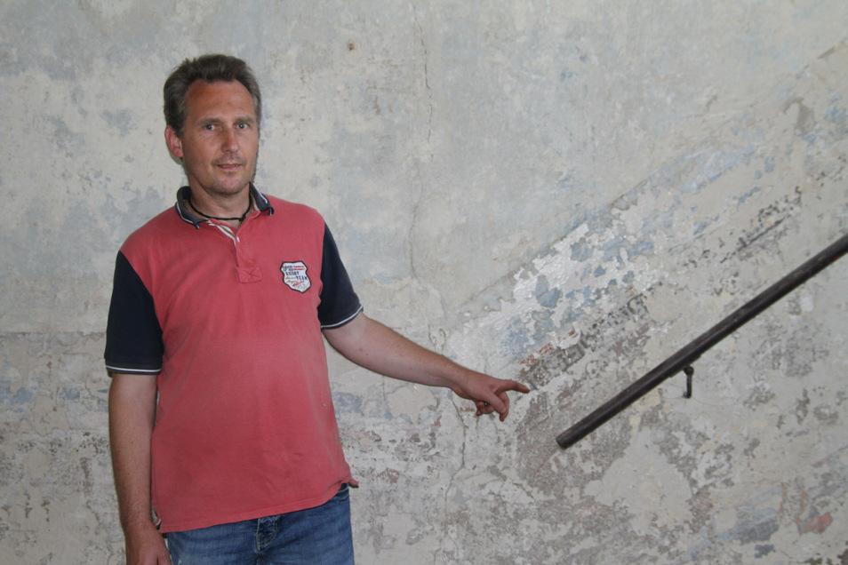 Eigentümer Johannes Werner Kraus von Sande zeigt die alten Wandmalereien aus der Zeit des Klassizismus, die nach dem Entfernen alter Tapeten sichtbar geworden sind.
