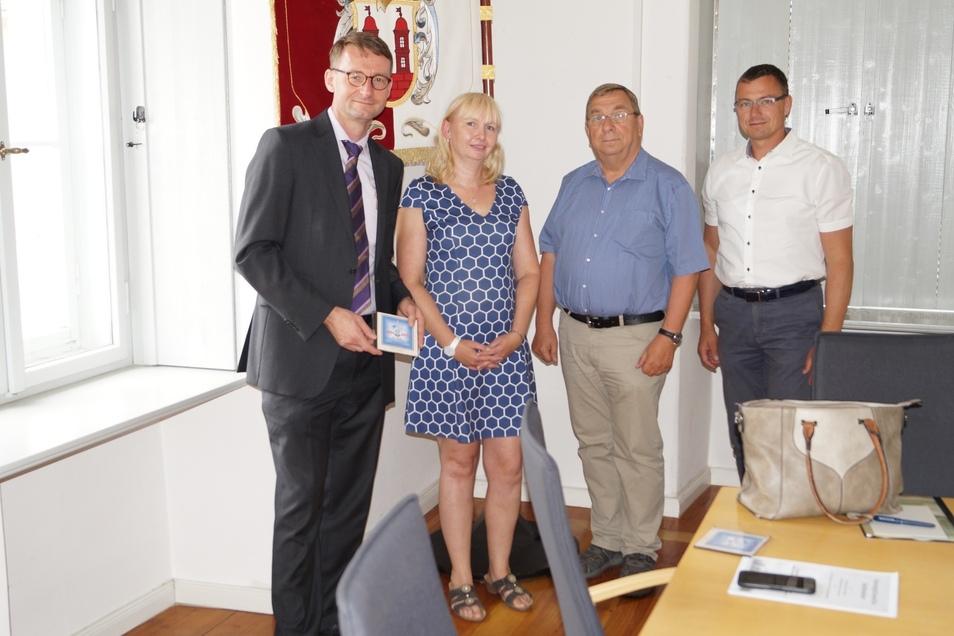 Sabine Neumann und Jürgen Juhrisch (2. von rechts) vom Verein Funkturm Wilsdruff trafen sich kürzlich mit Innenminister Roland Wöller (links) und Wilsdruffs Bürgermeister Ralf Rother (beide CDU) im Wilsdruffer Rathaus.