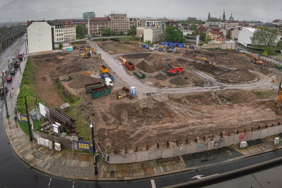 Auf der Fläche am Bahnhof Mitte wurde unter anderem ein Bürohaus aus DDR-Zeiten abgerissen. Die Betonreste werden in den neuen Quartiersstraße und -wegen verbaut.