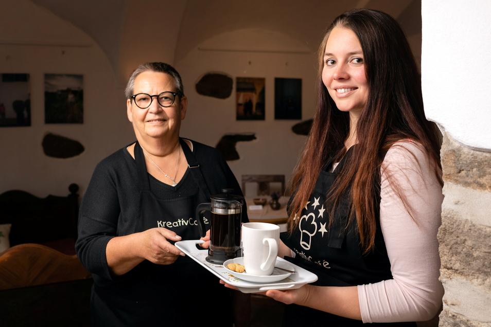 Margret Friese (l.) hat in der Kirchgasse 1 in Bischofswerda eine Kunstgalerie eingerichtet. Künftig wird sie dort mit ihrer Schwiegertocher Jennifer Friese auch ein kleines Café betreiben.