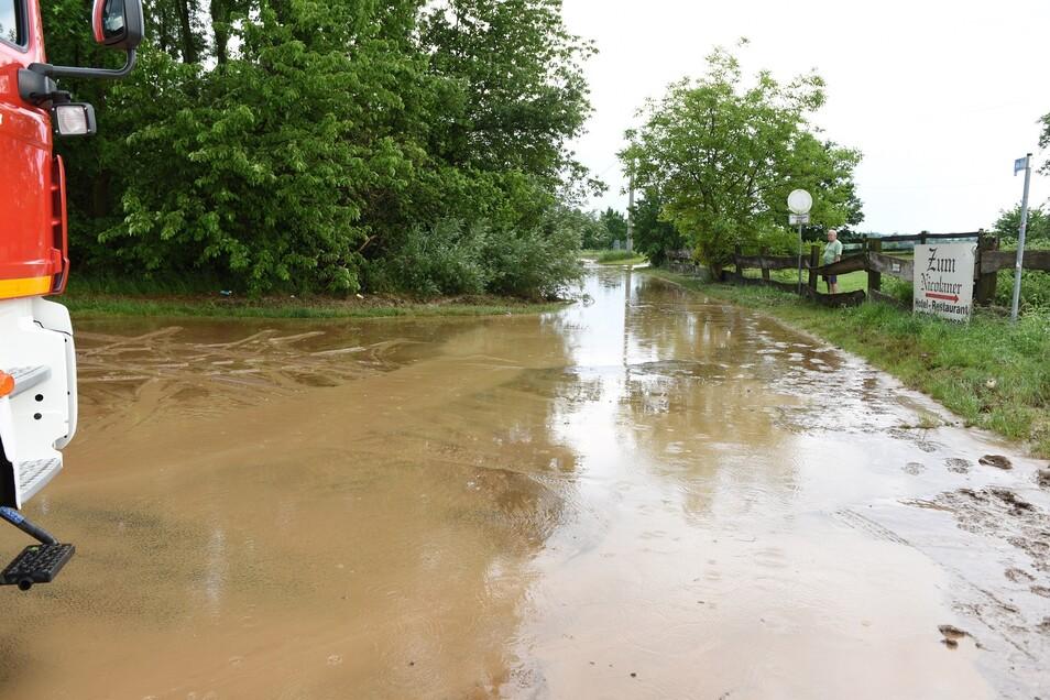 In Obergoseln bei Zschaitz spülte der Regen Schlammmassen auf die Straße. Sie musste gesperrt werden.