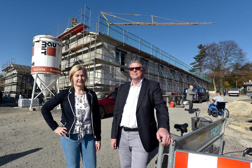 Bauherr Thomas Oertner und Architektin Friederike Cieslak freuen sich über den Baufortschritt ihres Projekts.