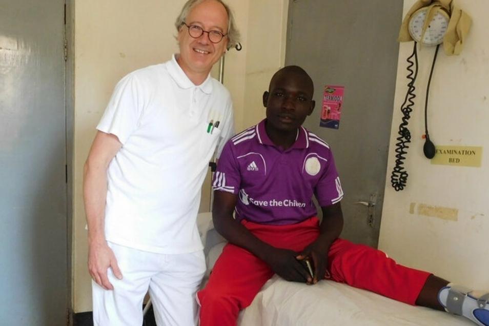 Jeremia ist für den Nieskyer Chirurgen Jens Marcus Albrecht der erste Patient auf dem OP-Tisch gewesen. Dem jungen Mann wurde das Sprunggelenk operiert.
