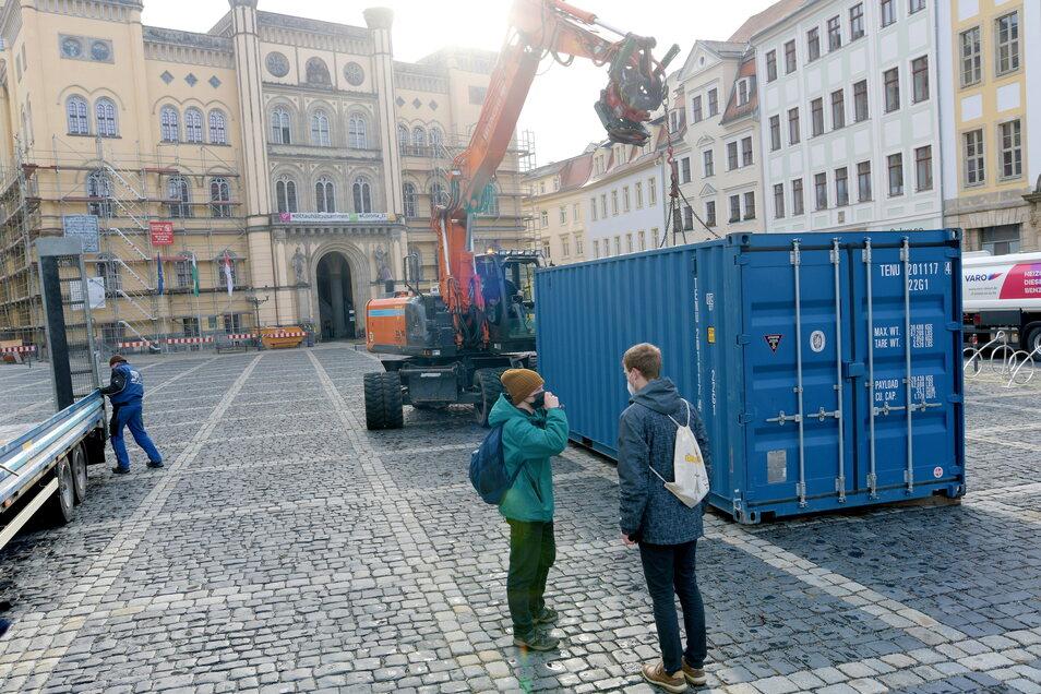 Die Firma Osteg hat den Container am Freitagvormittag auf dem Marktplatz platziert.
