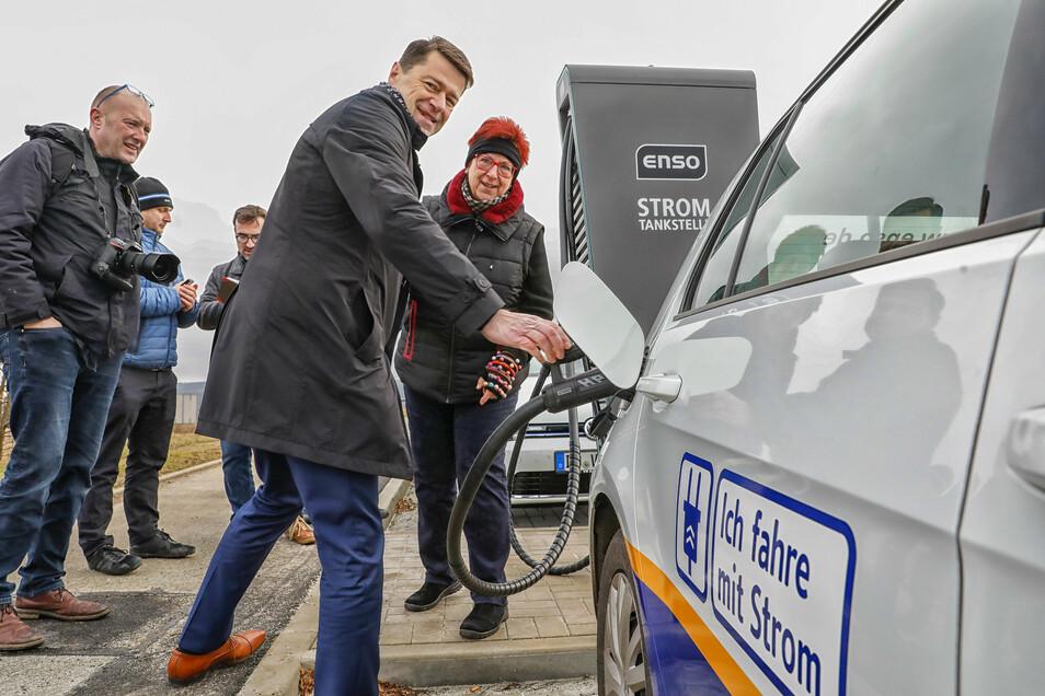 Zuletzt weihten Enso-Mitarbeiter und Bürgermeisterin Verena Hergenröder eine Ladestation für E-Autos im Gewerbegebiet Rumburger Straße ein.