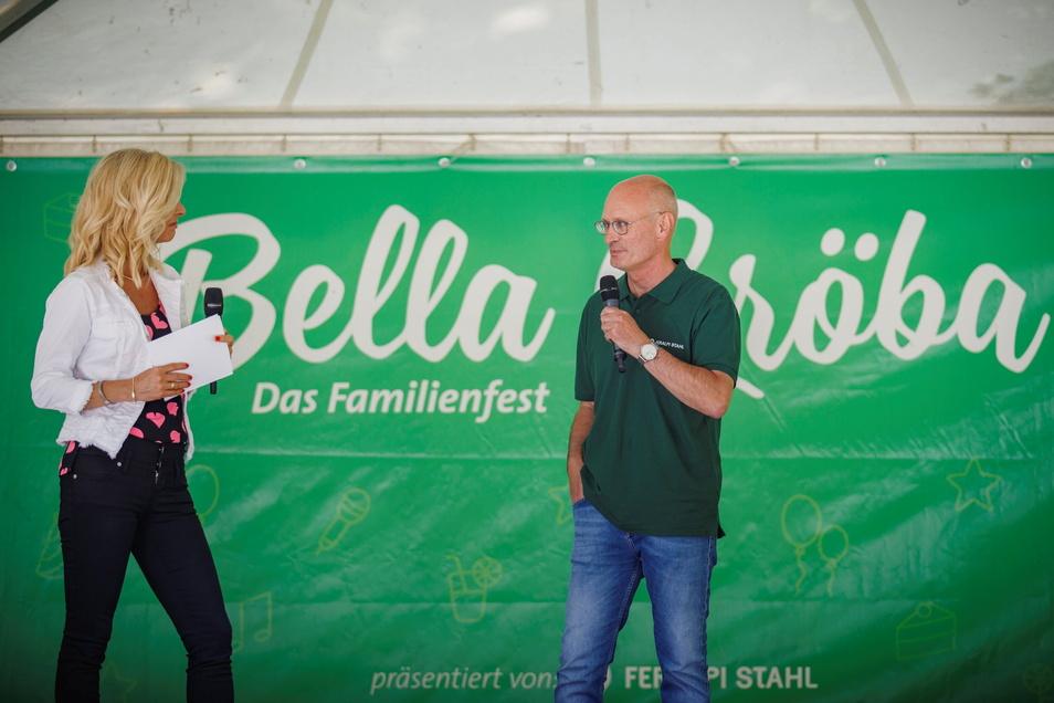 Moderatorin Uta Bresan im Gespräch mit Uwe Reinecke, dem neuen Werksdirektor von Feralpi Stahl in Riesa.