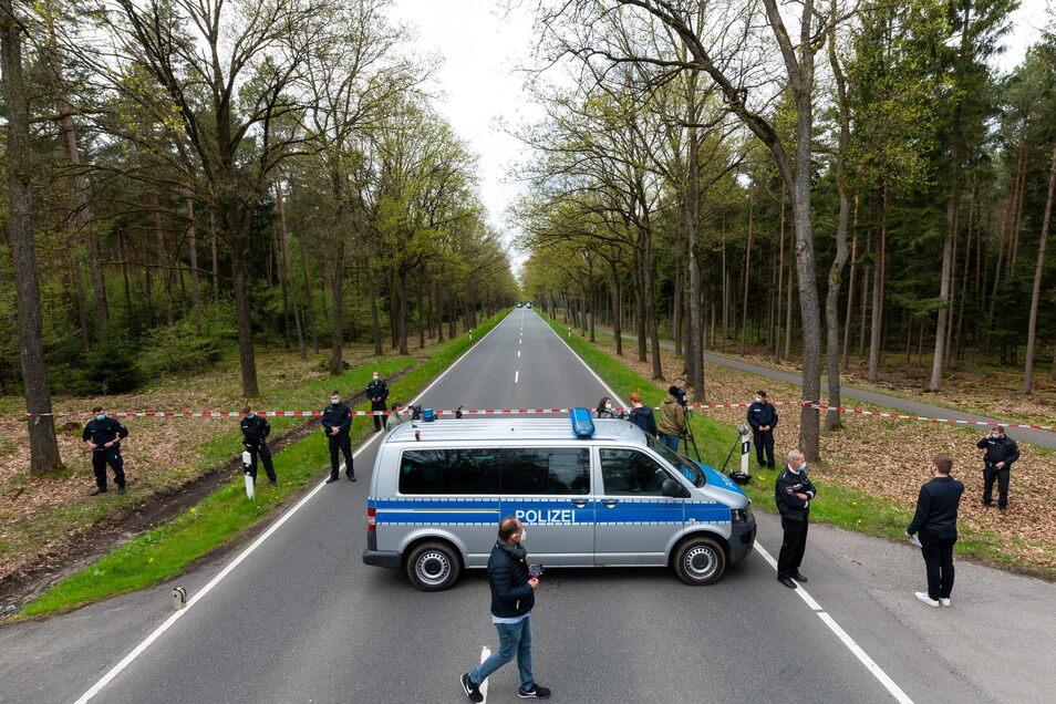 In einem Waldstück unweit von Bispingen sperrt die Polizei eine Bundesstraße in der Nähe des Fundorts einer Kinderleiche ab.