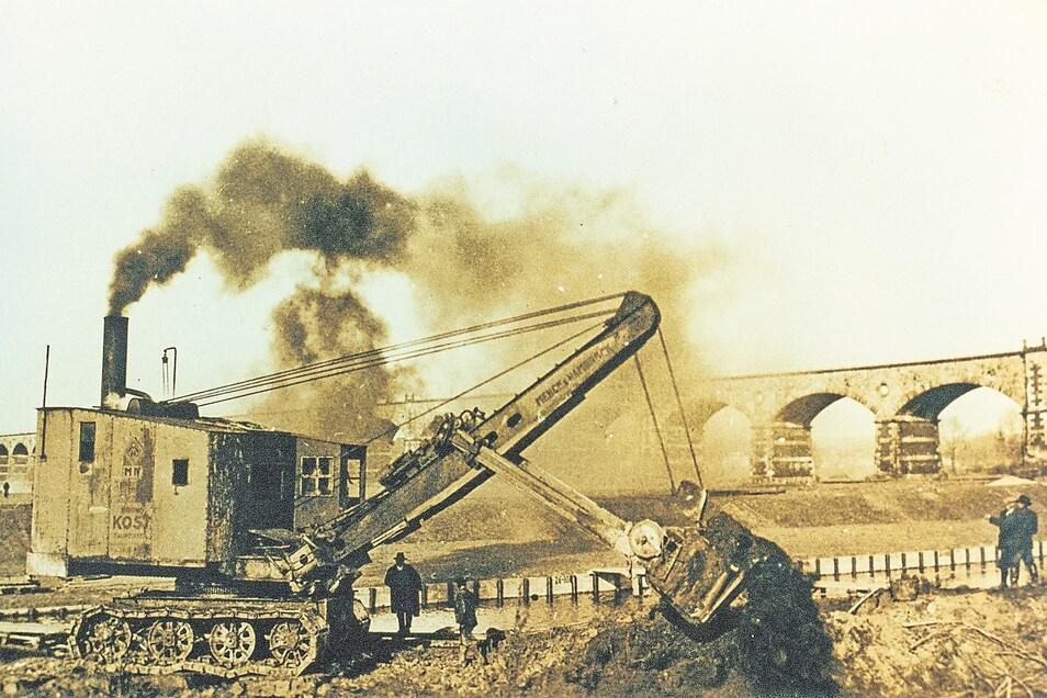 Beim Projekt Neißeregulierung (hier am Bahnviadukt) wurde richtig Dampf gemacht, wenngleich er auf dem Foto vor allem vom Bagger kam.