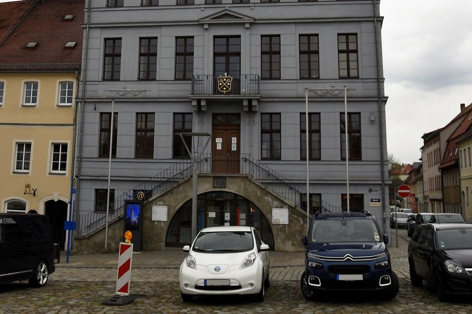 Fünf Parkplätze vor dem Bischofswerdaer Rathaus sollen künftig kostenlos nutzbar sein.