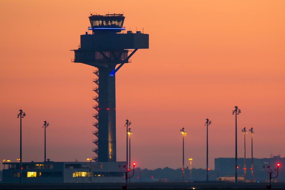 Farbenprächtig leuchtet der Morgenhimmel kurz vor Sonnenaufgang über dem Tower der DFS Deutsche Flugsicherung des neuen Hauptstadtflughafens.