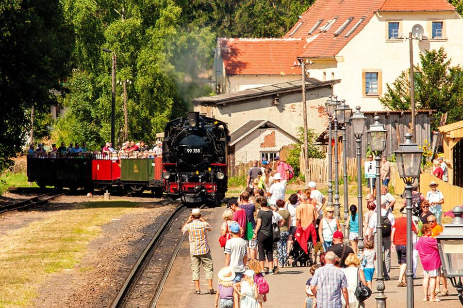 Einfahrt in den Bahnhof des Aussichtswagenzuges mit Livemusik und VII K., Foto: PR