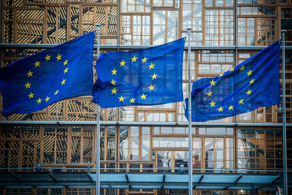 Flaggen der Europäischen Union wehen im Wind vor dem Europa-Gebäude in Brüssel
