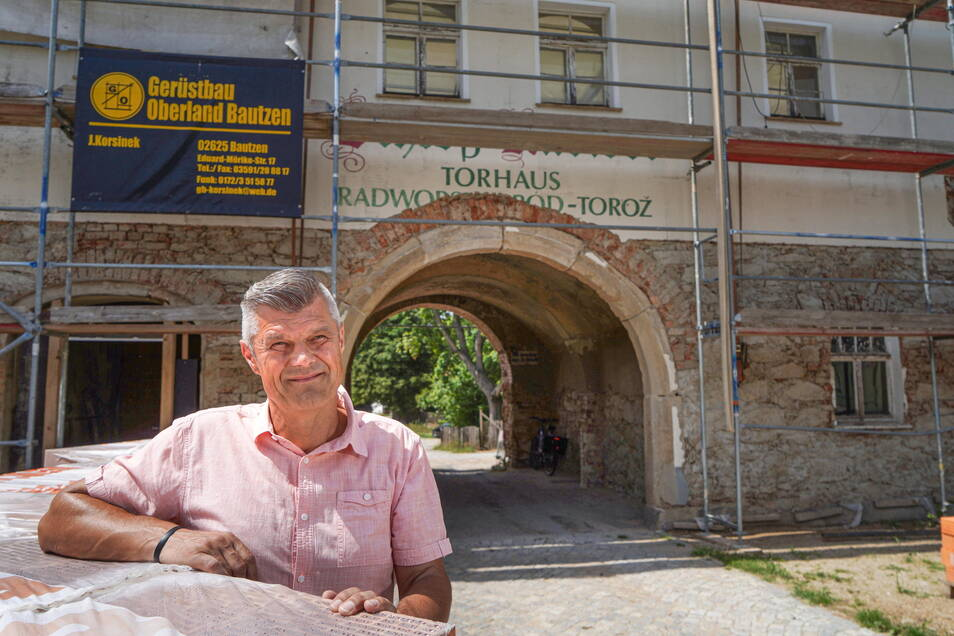 Bei der Suche nach einem neuen Standort für seine Vermögensberatung fiel die Wahl von Unternehmer Frank Lehder eher zufällig auf das Torhaus in Radibor. Trotz vieler Schwierigkeiten beim Umbau glaubt er an das Projekt.