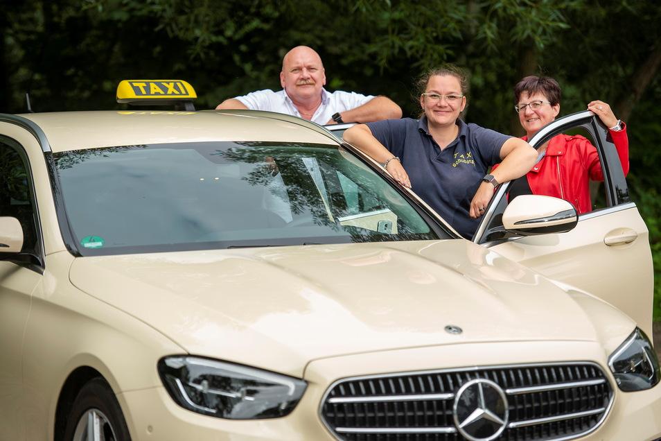 Eine Familie, ein Team. Andreas, Linda und Grit Schubinski (v.l) vom gleichnamigen Pirnaer Taxiunternehmen stehen vor der Limousine. Vor 20 Jahren hatte Andreas Schubinski das Unternehmen gegründet.