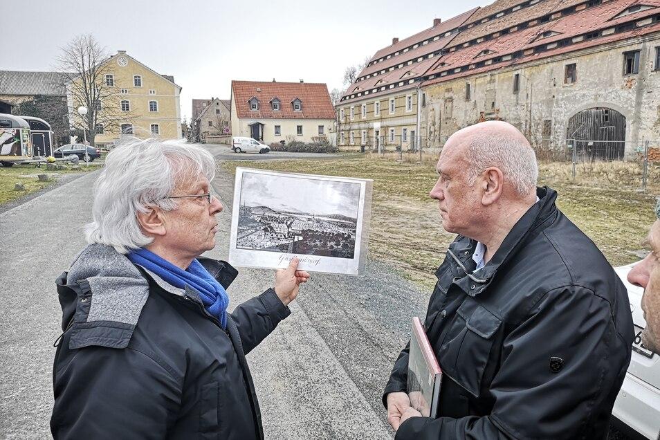 Andreas Schönfelder (links) erklärt SPD-Bundestagsabgeordneten Thomas Jurk Geschichte und Bedeutung des Gutshofes. Jurk hat sich für frisches Geld eingesetzt.