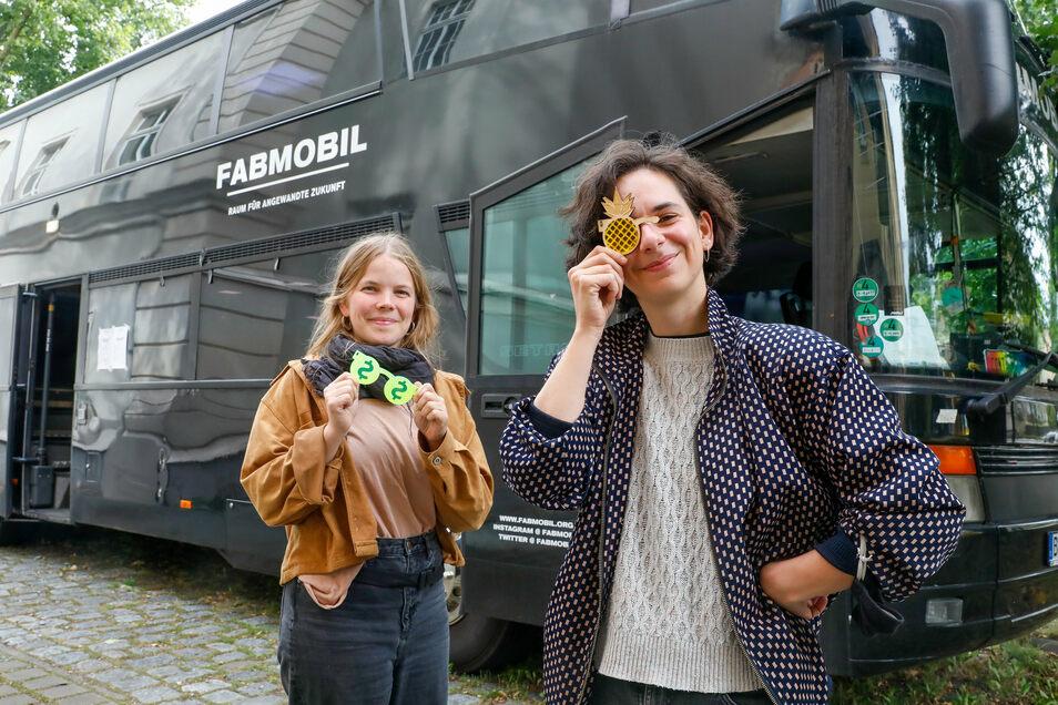 Kaya Holzmeyer (links) und Valena Ammon am Fabmobil, das am Gymi in Löbau Station machte. Sie zeigen Teile, die auf dem 3-D-Drucker gedruckt wurden.