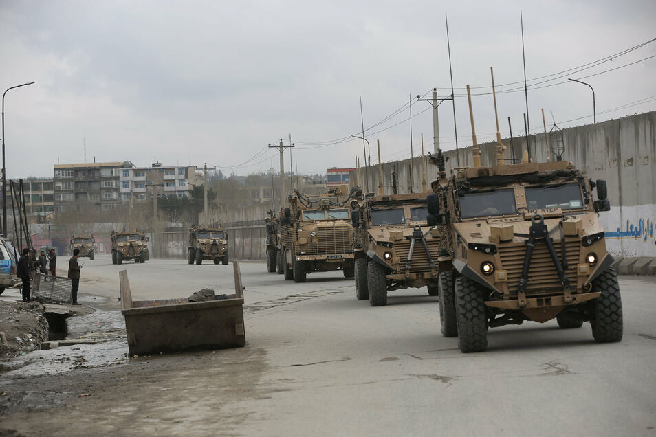 """Britische Soldaten mit den Streitkräften der NATO-geführten Mission """"Resolute Support"""" treffen am Ort eines Angriffs in Kabul ein."""