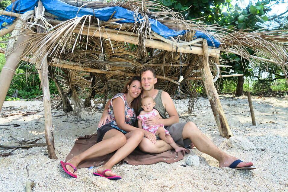 Salima Oudefel und Timo Götze mit ihrer Tochter Emilia am Strand. Im November 2016 hat das junge Paar aus Bad Schwalbach seine Reise begonnen. Nach ihrer Rückkehr entstand ein Dokumentarfilm.