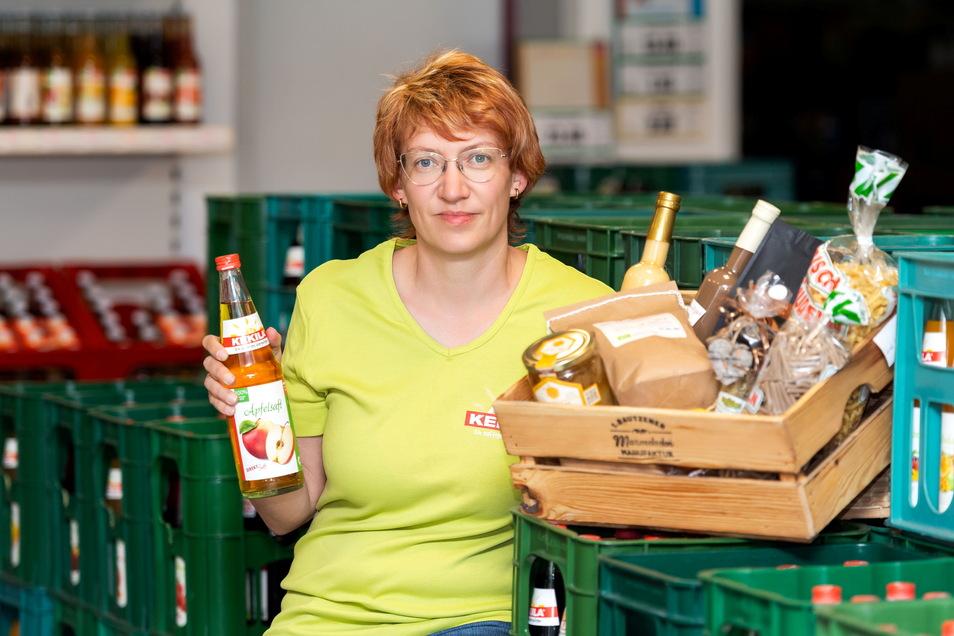 Kathleen Kitsche bietet im Hofladen ihrer Kelterei Kekila in Lauba nicht nur die eigenen Säfte an, sondern auch viele andere Produkte aus der Oberlausitz.