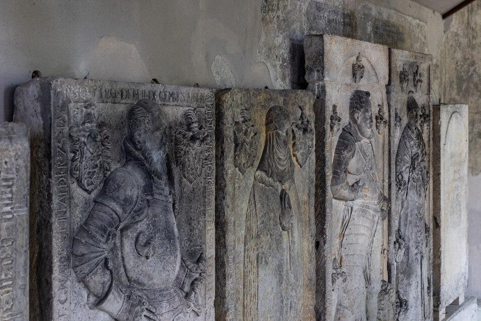Eines der wenigen mittelalterlichen Zeugnisse aus dem Weißeritztal sind die Grabplatten hinter der Döhlener Kirche.