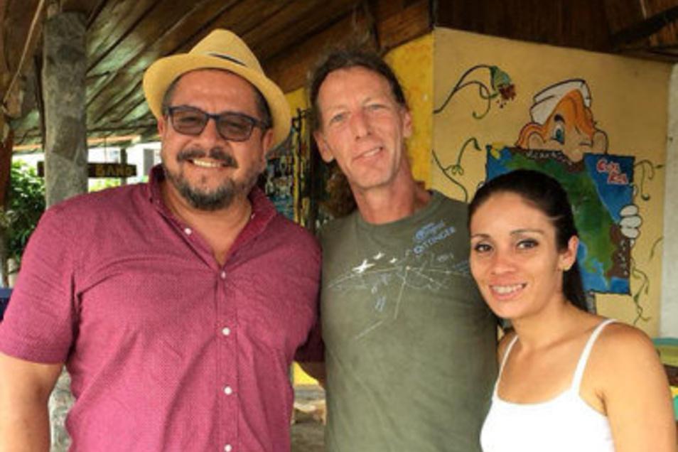 Thomas Pferner (M.) mit Freunden in seinem Restaurant in Costa Rica.