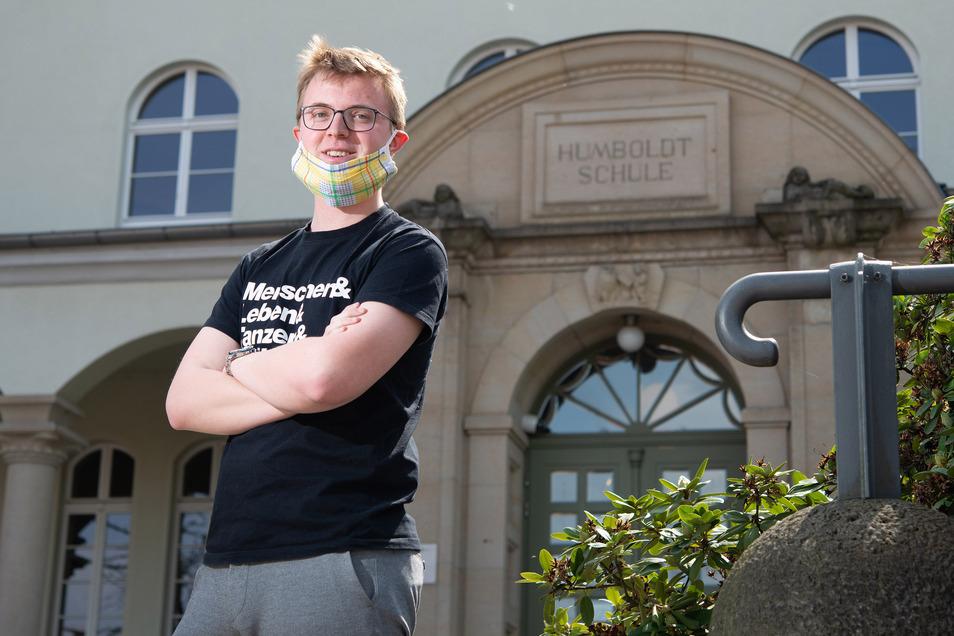 Lehramtsstudent Erik Gebel vor seinem alten Gymnasium in Radeberg. Er hat eine Intitiative für Lehramtsstudenten gegründet, die in Schulen während der Coronakrise aushelfen will.