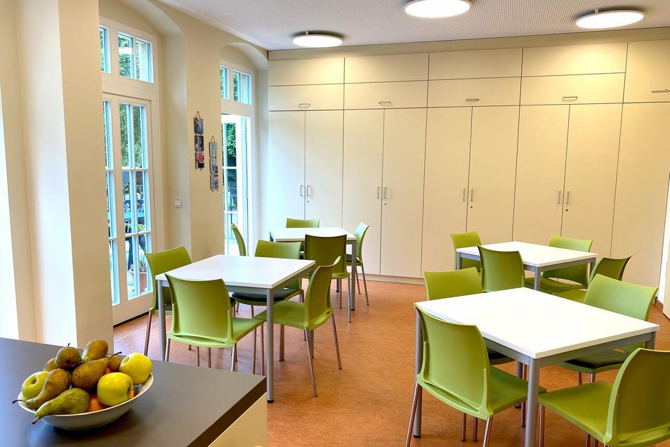 Der Speiseraum ist modern und hell gestaltet.