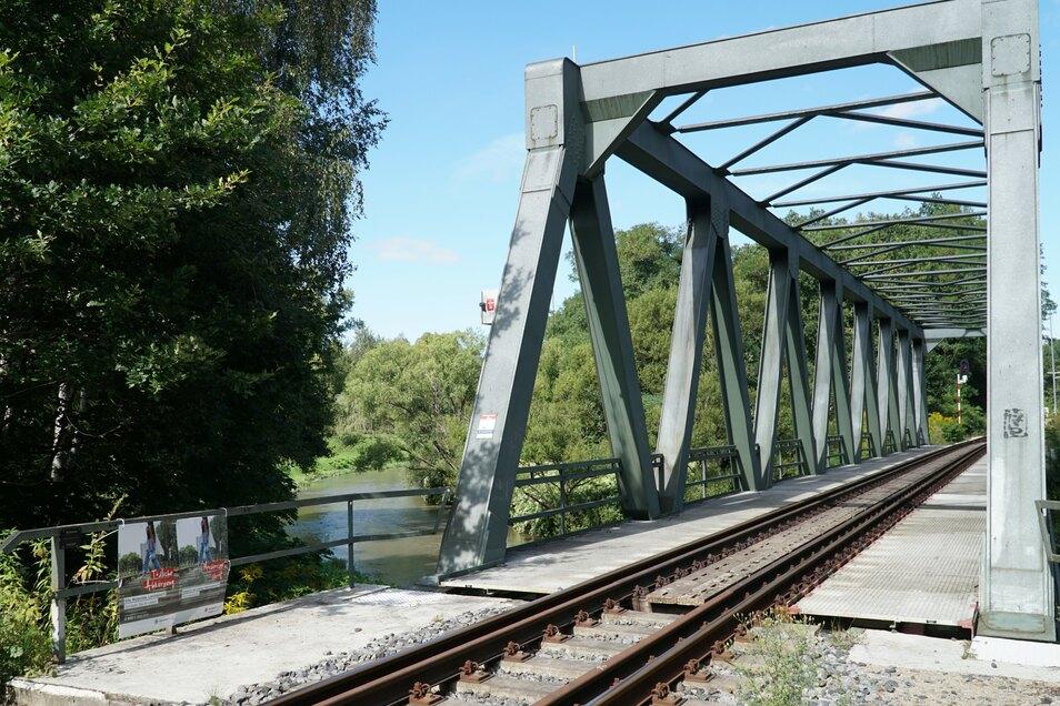 Blick auf die Bahnbrücke bei Hirschfelde.