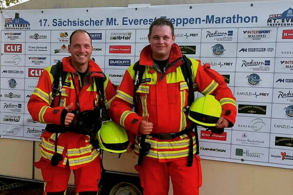Denny Thomas (links) und Max Grundmann haben eine unglaubliche Leistung vollbracht. In voller Feuerwehrmontur und mit Atemschutzgerät haben sie die Spitzhaustreppe in Radebeul absolviert.