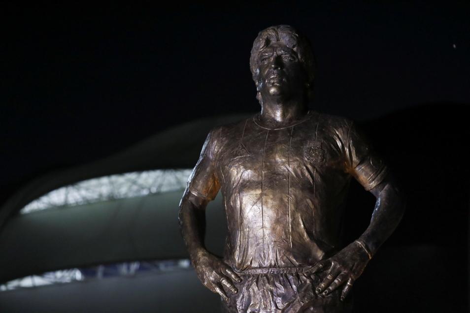 Santiago Del Estero: Eine Statue der verstorbenen Fußballlegende Diego Maradona steht vor dem Madre de Ciudades-Stadion.