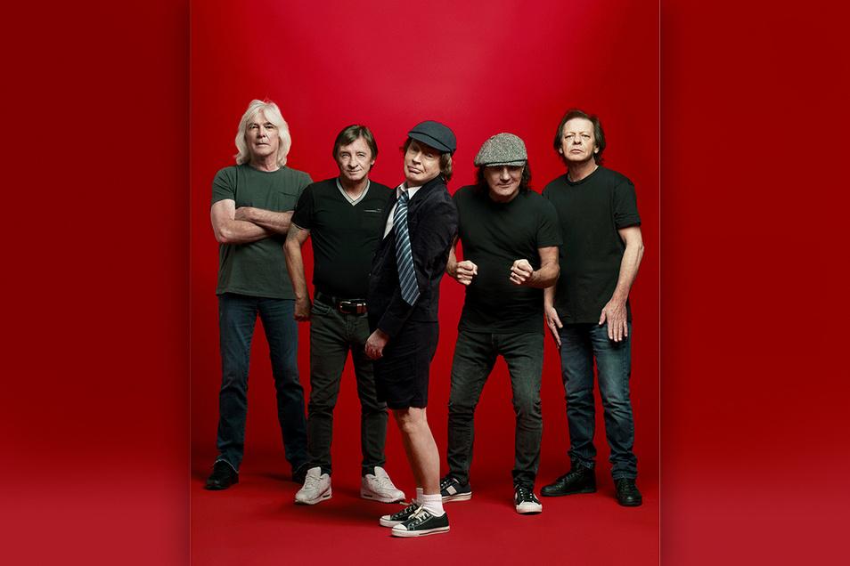 """Haben sich für """"Power Up!"""" noch einmal aufgerafft und zusammengerauft: AC/DC um Angus Young (m.)."""