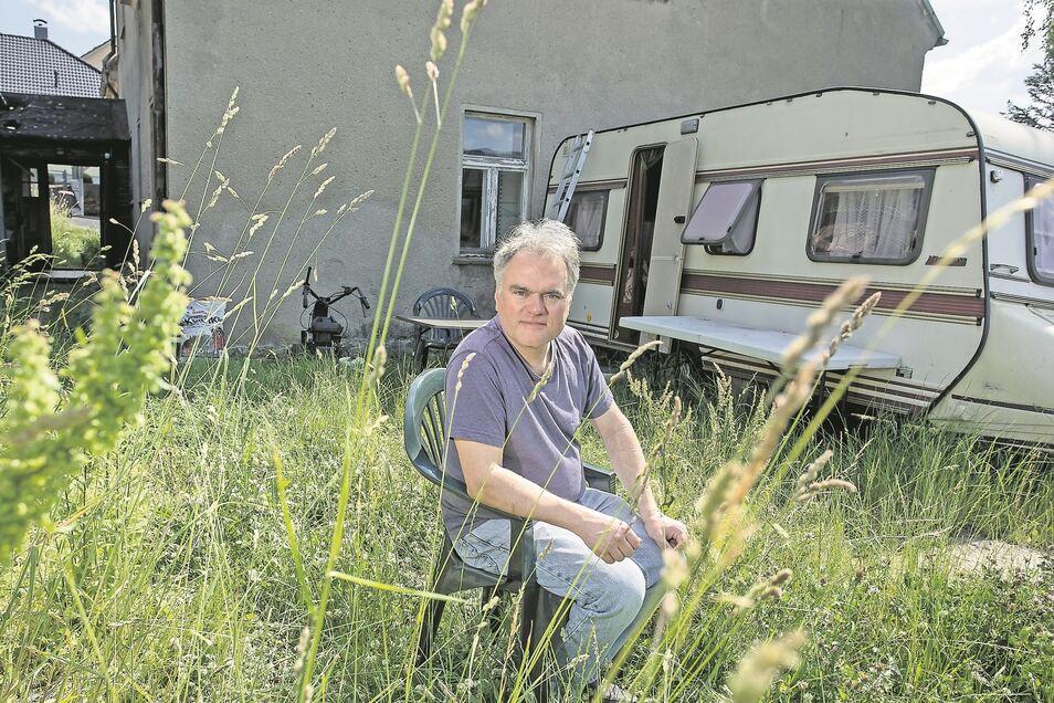 Ralf Hantke vor seinem Wohnhaus in Bannewitz. 2018 wurde er als Knöllchen-Rebell bekannt, weil er seine Strafzettel wegen Falschparkens nicht zahlte.