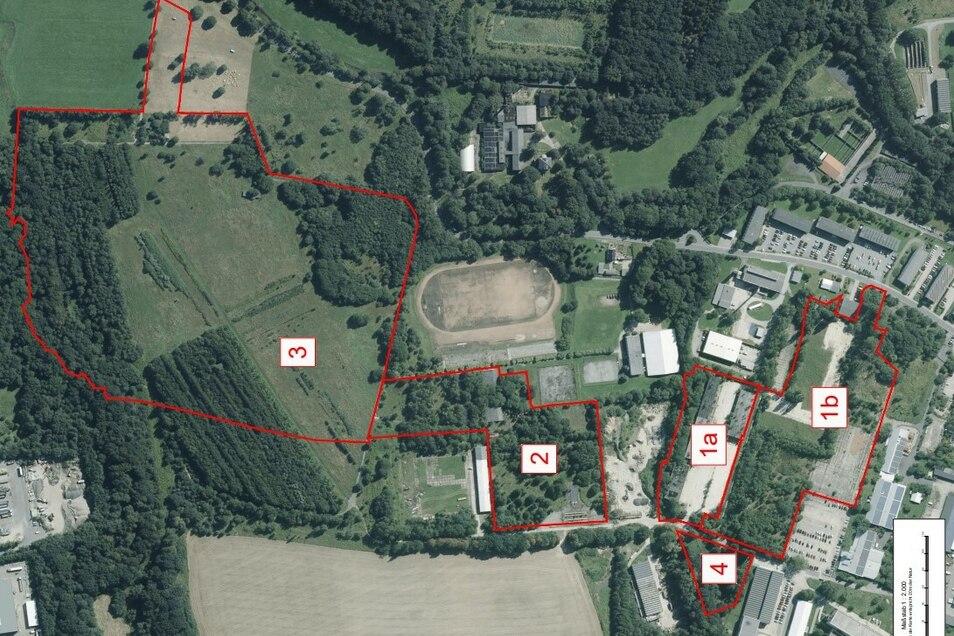 Die rot umrandeten Flächen sind die Baufelder, in denen die Reste der Offiziershochschule Löbau über und unter der Erde getilgt werden sollen. Im Wald von Feld drei befinden sich beispielsweise die Sturmbahnen.