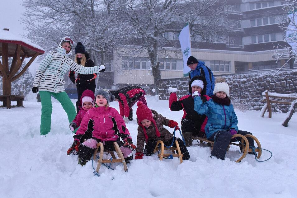 Am 4. Februar hatte es in Zinnwald geschneit. Urlauber freuten sich am Hotel Lugsteinhof über den Schnee.