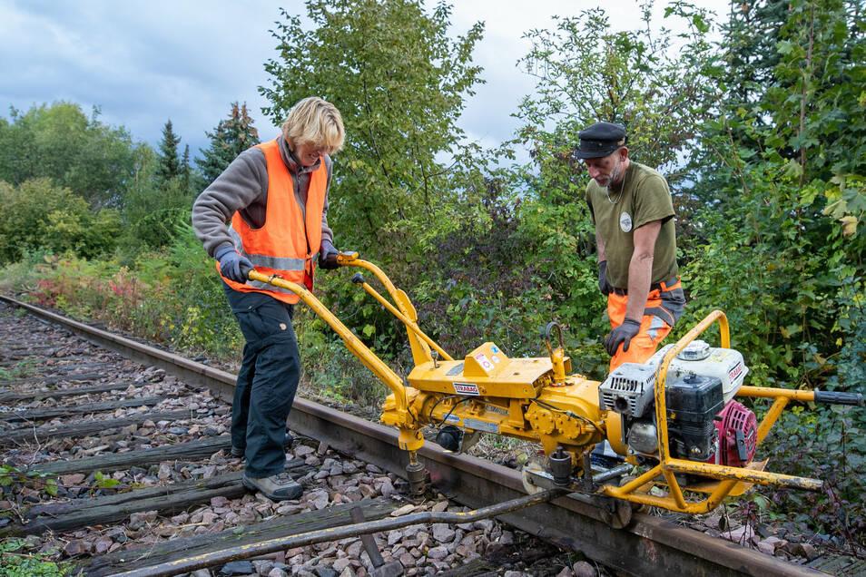 Reporterin Annett Heyse packt mit an und löst unter Anleitung von Mike Scholz die Verschraubungen zwischen Schiene und Schwelle.