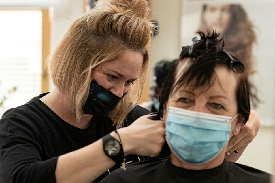 Das Lächeln auf den Lippen lassen sich die Mitarbeiter*innen und Kund*innen von FOERDER beauty-hair auch mit Maske nicht nehmen.