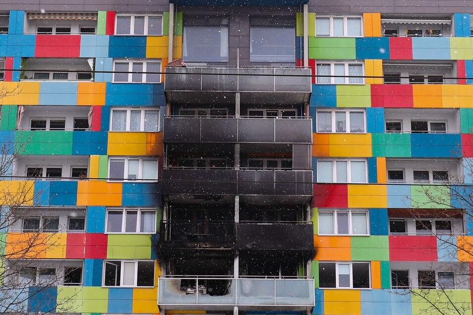 Mehrere Stockwerke in dem Zehngeschossener in der Marschnerstraße waren durch das Feuer in Mitleidenschaft gezogen worden