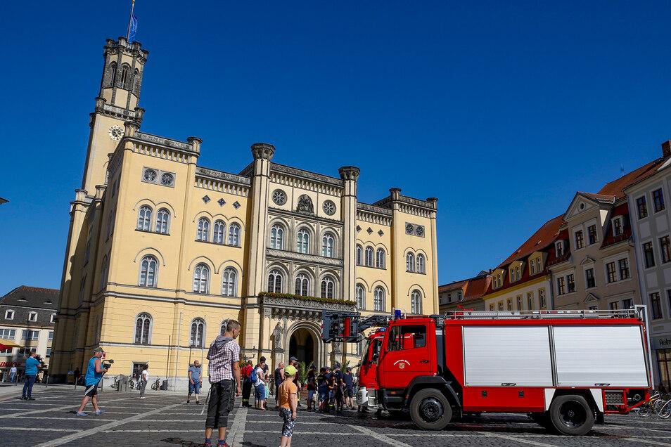 Im Sommer hatten die Feuerwehrleute auf dem Markt gegen die geplanten Einsparungen demonstriert.