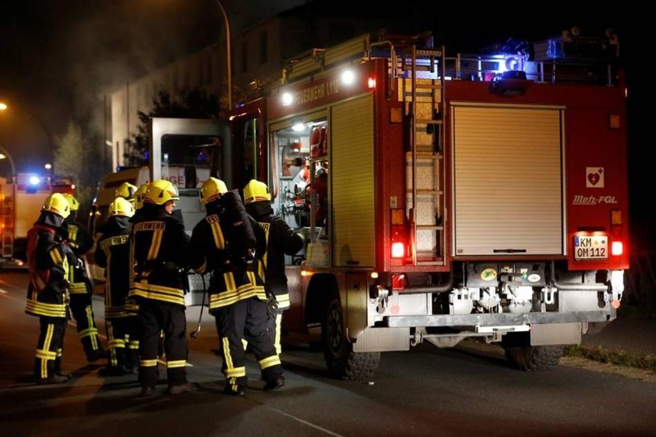 Allerdings breitete sich das Feuer rasch auf andere Gebäude auf dem Gelände aus. Die Feuerwehr konnte nicht verhindern, dass zwei der Häuser der seit zehn Jahren leerstehenden Industrieanlage komplett abbrannten.