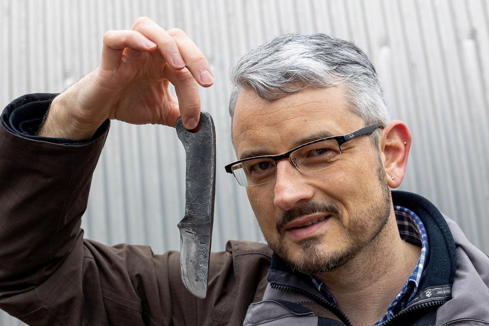 Das war mal eine Straßenbahnfederung: Reporter Jörg Stock mit seinem Messer Marke Eigenbau.