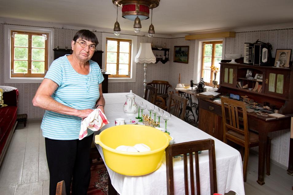 Christine Schleehahn befreit das Geschirr vom Baustaub.