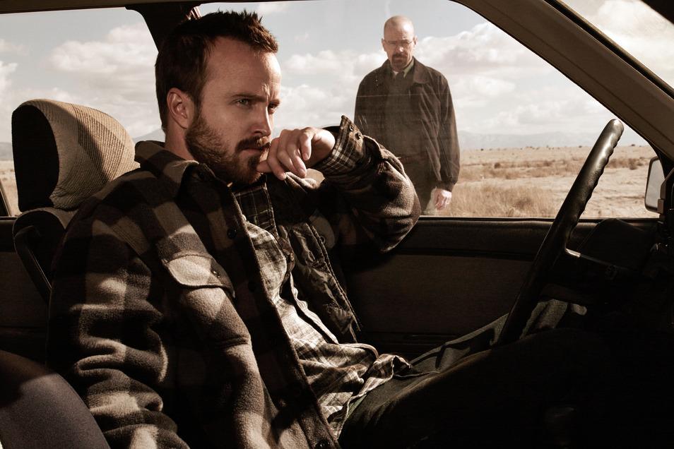 """Bryan Cranston (hinten) als Walter """"Walt"""" Hartwell White und Aaron Paul als Jessie Pinkman"""