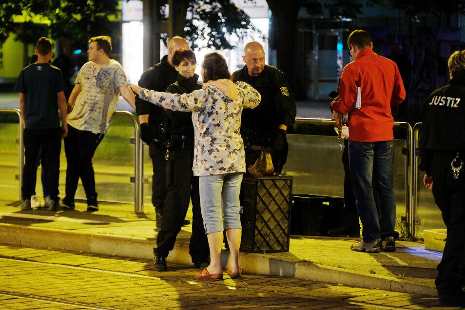Für die Tatortbesichtigung war das Areal weiträumig abgesperrt worden. Zuschauer und Medienvertreter mussten sich strengen Kontrollen unterziehen.