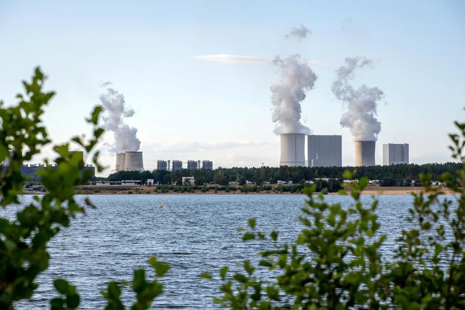 Blick auf den Bärwalder See mit dem Kraftwerk Boxberg im Hintergrund. Die Expertenkommission für die Großforschungszentren sehen noch andere Perspektiven für die Lausitz. Foto: Thomas Eisenhuth